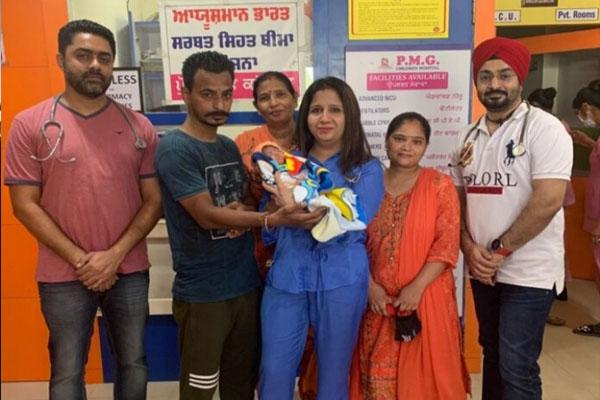 Read more about the article PMG अस्पताल ने श्वास रोग से पीड़ित नवजात शिशु को दिया नया जीवन, माता-पिता ने जताया डॉ. सुरजीत कौर मदान व डॉ. हरबीर सिंह का आभार