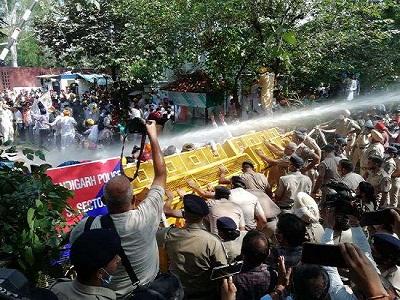 Read more about the article लखीमपुर खीरी हिंसाः आम आदमी पार्टी ने किया पंजाब राजभवन का घेराव, पुलिस ने की पानी की बौछारें, कई घायल