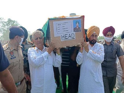 Read more about the article जम्मू-कश्मीर मुठभेड़ में शहीद हुए सैनिक गज्जण सिंह के पार्थिव शरीर को सीएम चन्नी व स्पीकर केपी ने दिया कंधा