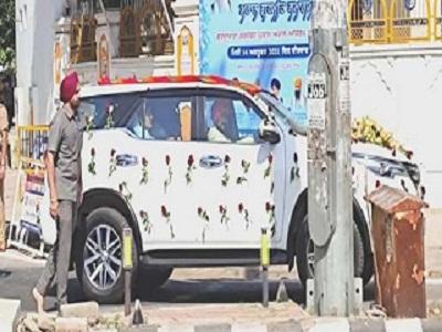 Read more about the article मोहाली में CM के बेटे नवजोत सिंह का आनंद कारज आज, खुद गाड़ी चलाकर गुरुद्वारा साहिब पहुंचे चन्नी