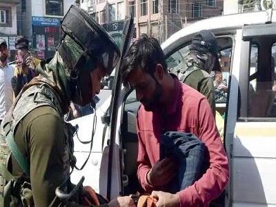 Read more about the article जम्मू-कश्मीर: आतंकी हमलों के बाद सुरक्षाबलों की बड़ी कार्रवाई, 570 लोग हिरासत मेंं लिए, NIA ने 16 जगहों पर की छापेमारी