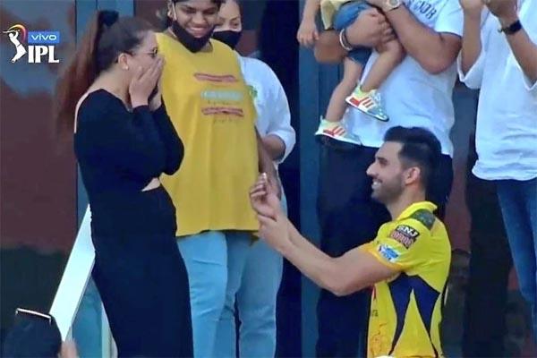 Read more about the article LIVE TV पर इस भारतीय क्रिकेटर ने भरी ग्राउंड में GF को किया प्रपोज, अभिनेता सिद्धार्थ की बहन को कर रहे थे डेट
