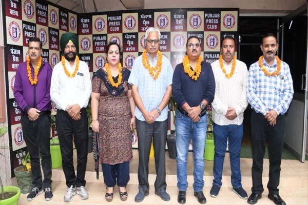 Read more about the article पंजाब प्रेस क्लब की नई टीम ने जिम्मेदारी संभाली, पत्रकारों को जल्द ही बैठने को मिलेगी आधुनिक लाइब्रेरी